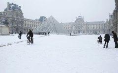Maltempo, Francia: Parigi sotto la neve. Nel Sud autostrade bloccate, l'odissea degli automobilisti intrappolatyi
