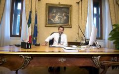 Salvini in cravatta verde al Viminale. Arriva in punta di piedi, c'è già una macchina che funziona
