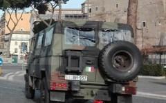 Roma: marocchino tenta d'incendiare un veicolo dell'esercito, bloccato dai militari
