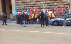 Firenze, autotrasportatori in sciopero: manifestazione davanti alla Prefettura