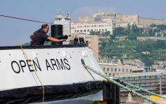 Napoli: Open Arms, la nave della Ong che si oppone a Salvini, accolta nel porto partenopeo