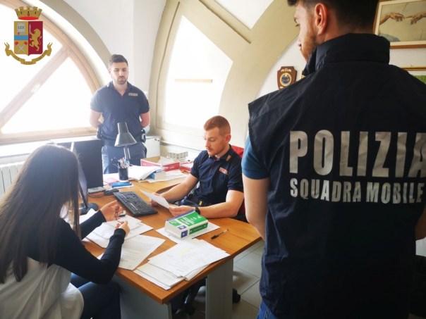 Polizia Di Stato Oggetti Rubati.Firenze La Polizia Restituisce Oggetti Rubati Ai Cittadini Col Sistema Porta A Porta
