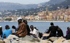 Mentone: la Francia di Macron fa chiudere migranti nei container, denuncia di Ong francese