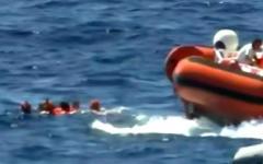 Open Arms: 15 migranti si tuffano in mare e vengono soccorsi e portati a terra
