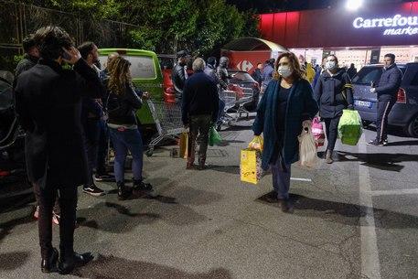 Coronavirus, supermercati presi d'assalto a Roma e Napoli