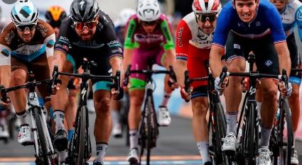 Giro d'Italia, vince Démare, su Sagan e Ballerini al fotofinish