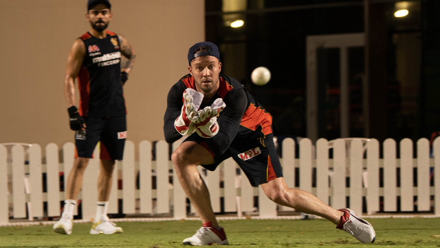 AB de Villiers at a Royal Challengers Bangalore training session with skipper Virat Kohli. Image credit: Twitter/@RCBTweets