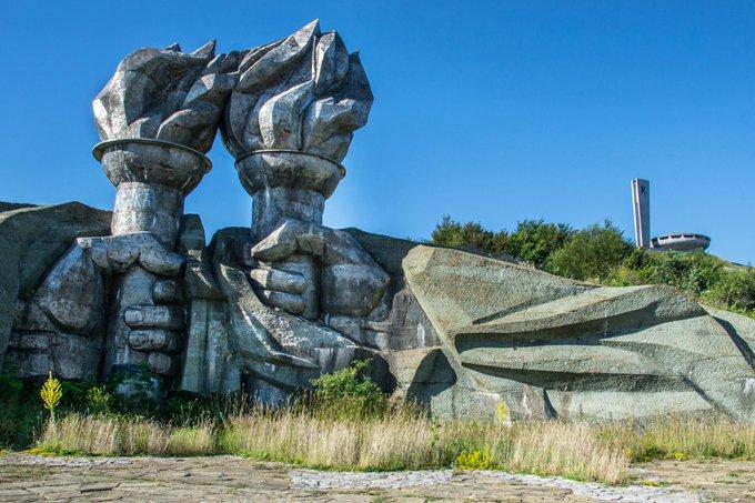 1. 1992'de Sovyetler Birliği ve onun ideolojik modeli yıkıldı. Bu terk edilmiş Sovyet dönemi ve Sovyet dostu anıtlar zamana ve doğal unsurlara yenik düşerken, bize fikirlerin -kötü ya da iyi -dönüştürücü ve kalıcı gücünü hatırlatıyorlar.
