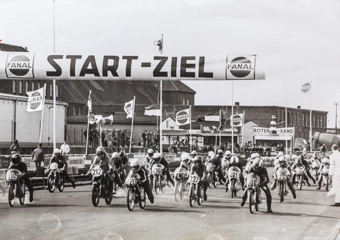 """Start in der """"Schnapsglasklasse"""" auf dem Bremerhavener Fischereihafen-Rennen in den 70erm. Foto: Archiv Fischereihafen-Rennen"""