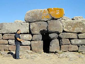 Luigi Muscas vicino ad una tomba di giganti