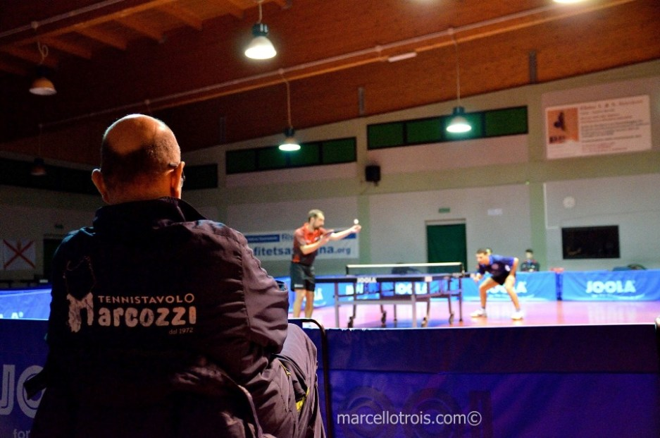 Il tecnico della Marcozzi Sandro Poma osserva le evoluzioni di Stefano Tomasi (Foto Marcello Trois)
