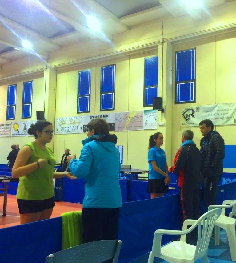 Le due finaliste si consultano con i propri allenatori (Foto La Saetta)