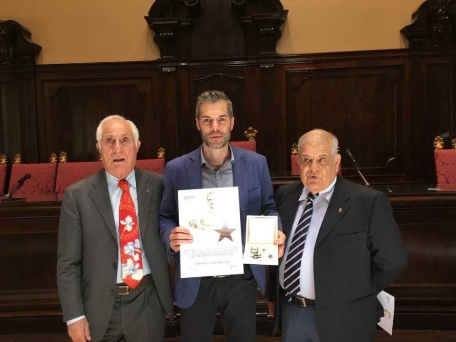 Al centro il premiato Simone Carrucciu tra il presidente Coni Sardegna Gianfranco Fara e il Presidente FIB Sardegna Antonio Pinna