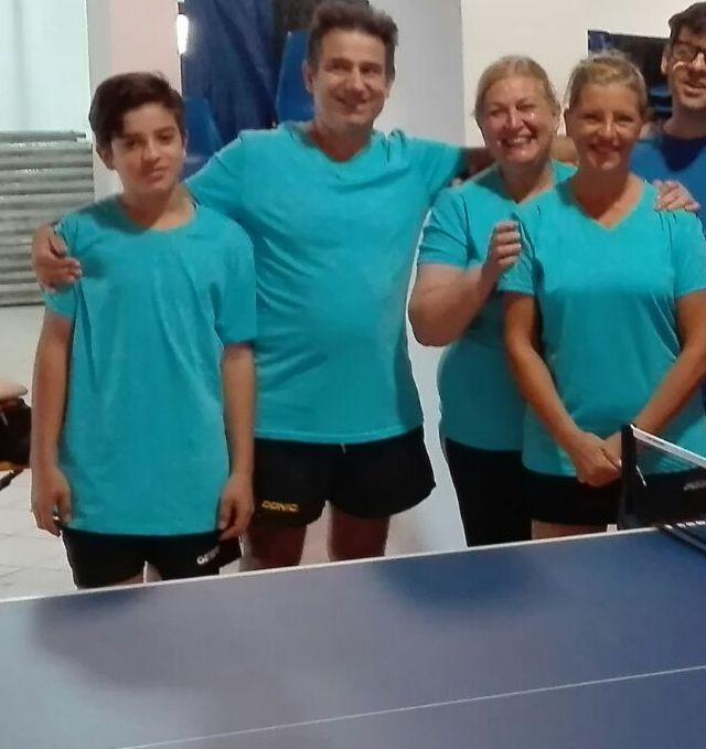 Luciano Meloni con alcune giocatrici del Neoneli