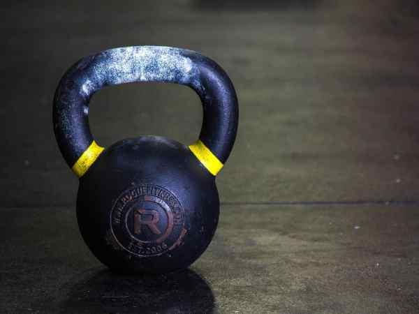 Der Ursprung der Kettlebell erinnert kaum mehr an die heute übliche Verwendung. Kraftsportler und Hobbytrainierer schätze die Gewichtkugel gleichermaßen. (Foto: CorrieMiracle / pexels.com)