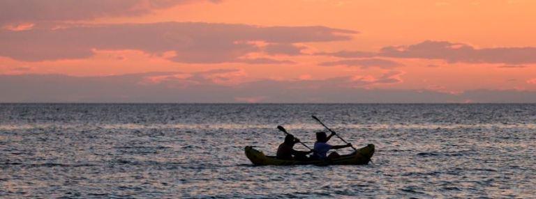 Kajakfahrer bei Sonnenuntergang