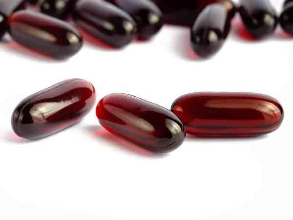 Die meisten Präparate sind in Form von Liquid Kapseln erhältlich. Durch das enthaltene Öl, können fettlösliche Stoffe besser und schneller wirken. Aber auch normale Kapseln und sogar Pulver ist erhältlich. (Bildquelle: 123rf.com / 106457612)
