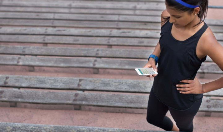 Fitbit sportende vrouw met app