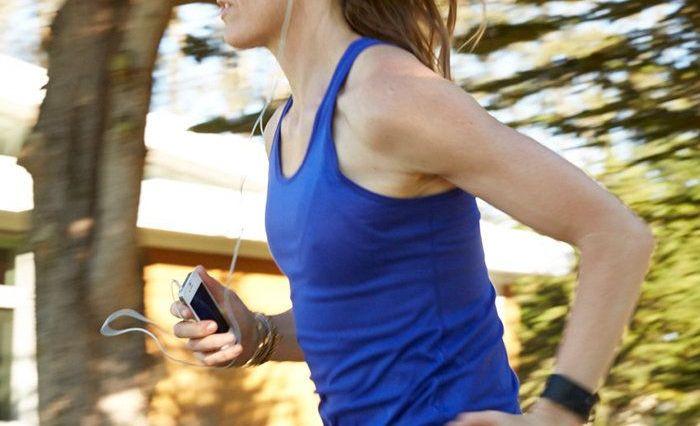 fitbit surge vrouw hardlopen