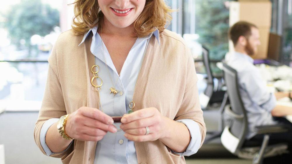 Vrouw met Fitbit op kantoor