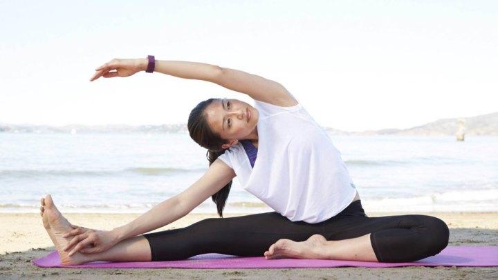 Fitbit: yoga op strand