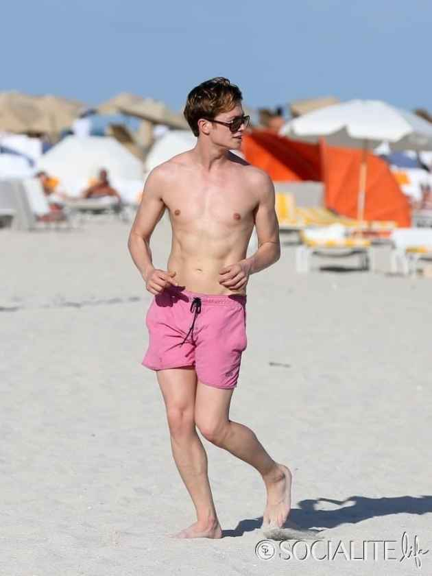 Downton-Abbey-Ed-Speleers-Shirtless-Swim-Trunks-Miami-Florida-01132013-4-675x900