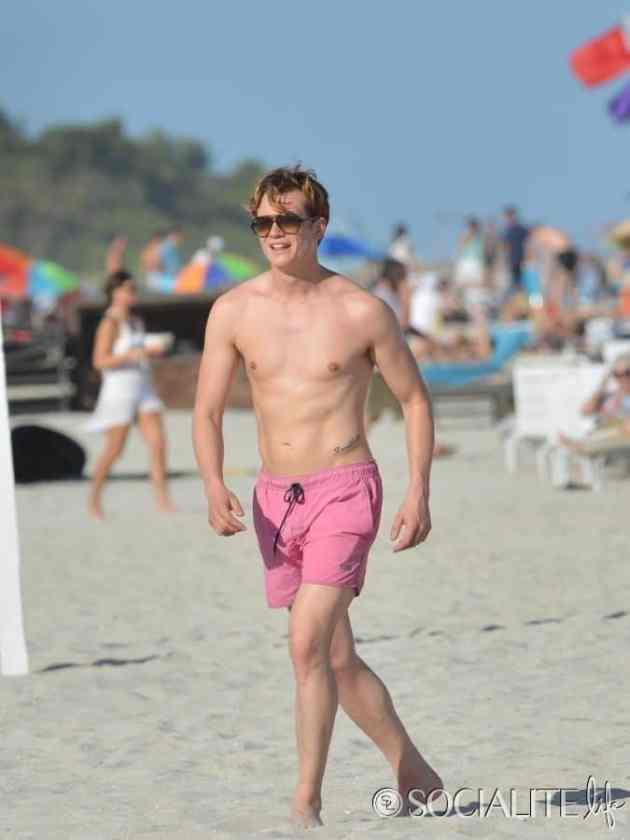 Downton-Abbey-Ed-Speleers-Shirtless-Swim-Trunks-Miami-Florida-01132013-675x900
