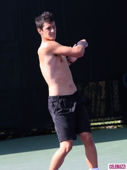 Novak-Djokovic-Sharpens-His-Tennis-Skills-Shirtless-5-435x580