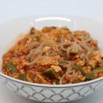 Spaghetti di grano saraceno con ragu di verdure e pollo