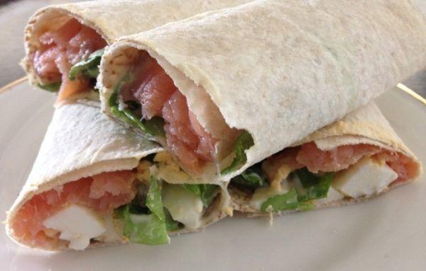 Tortilja s lososom i;salatom