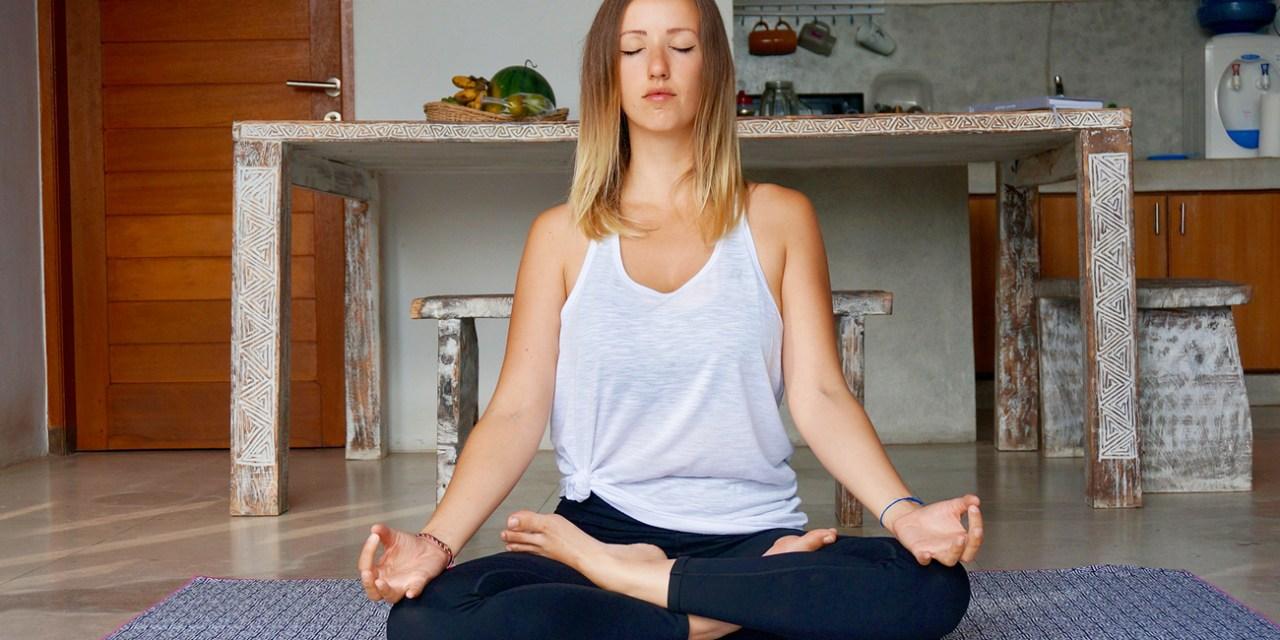 Heureuse et bien dans votre peau grâce à cette routine yoga !