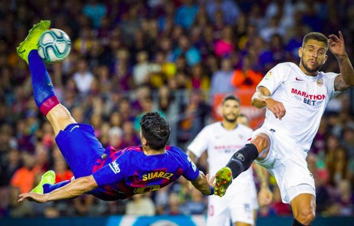 Luis Suárez y su espectacular chilena guían goleada del Barcelona al Sevilla