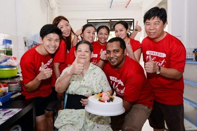 Elderly buys cake to thank volunteers - volunteering in singapore