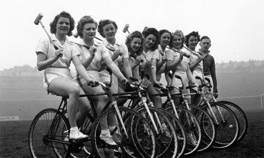 Equipe féminine vintage de polo en fixie