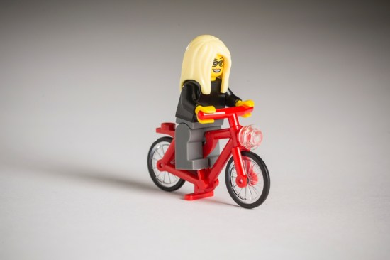 Hipster LEGO féminin et son pignon fixe