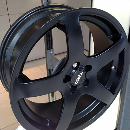 Custom Wheel Mount is Built-in Lug Nut Rim Display
