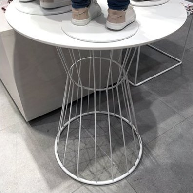 Open Wire Pedestal Display Stand Feature