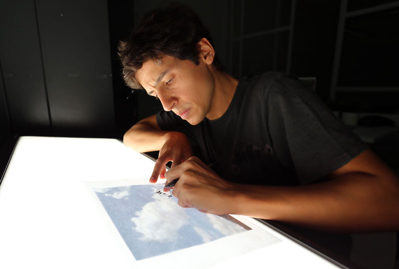 Artist Draws What He See in The Clouds
