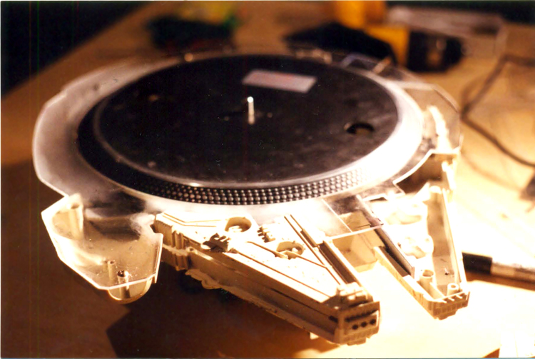 STAR WARS Millennium Falcon Transformed into Awesome Turntable (4)