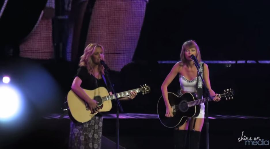 Smelly Cat Resurrected By Taylor Swift And Lisa Kudrow