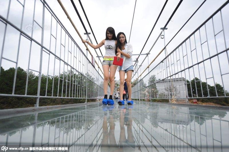 glass-suspension-bridge-shiniuzhai-national-geological-park-hunan-china-5