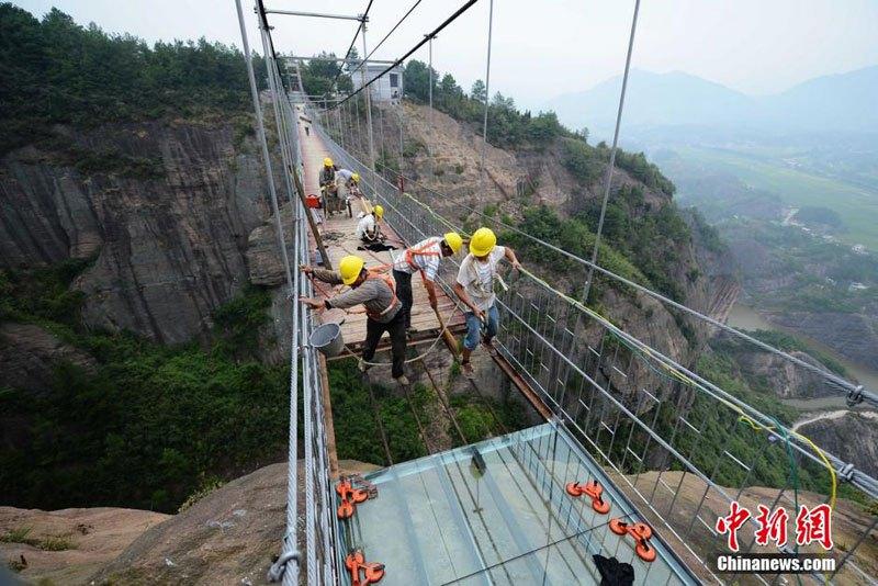 glass-suspension-bridge-shiniuzhai-national-geological-park-hunan-china-9
