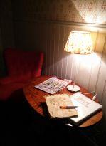 En vilsam hörna i Sussis kafé med fåtölj och läsning