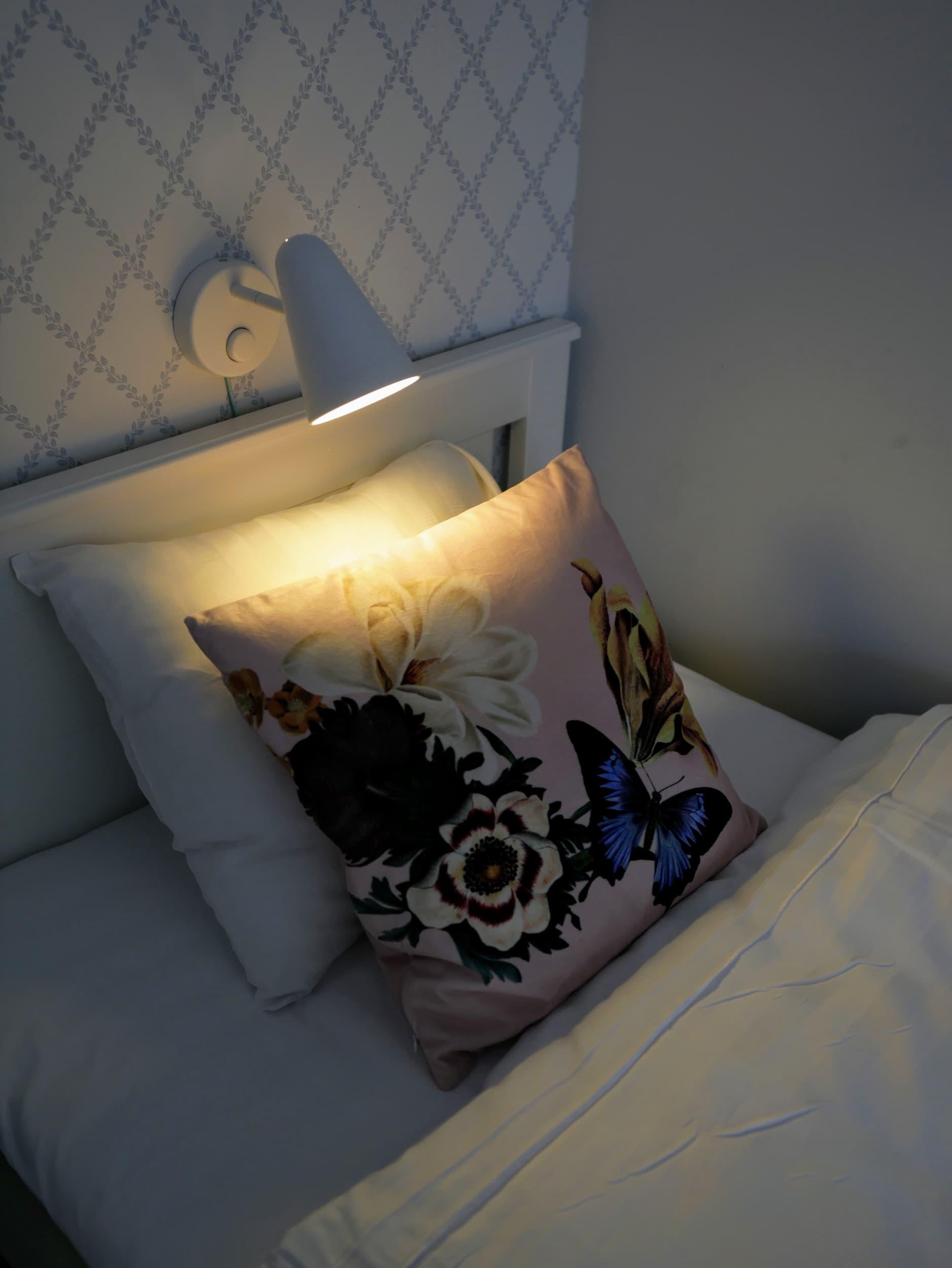 Skön säng med kudde på Jädra gårdshotel