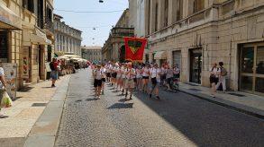 Marsjering gjennom Veronas gater