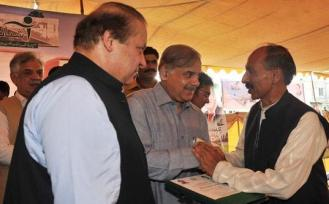 Nawaz Sharif and Shabaz distributing Ashiana Housing allotment letters in Lahore 16-8-2011