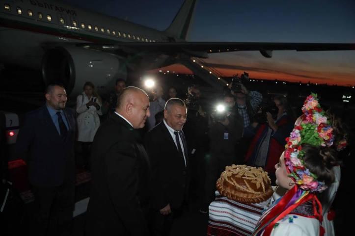 Братско посрещане за Борисов и Симеонов в Украйна, пред самолета ги чакаха с питка