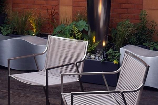 sedie in metallo e illuminazione indiretta