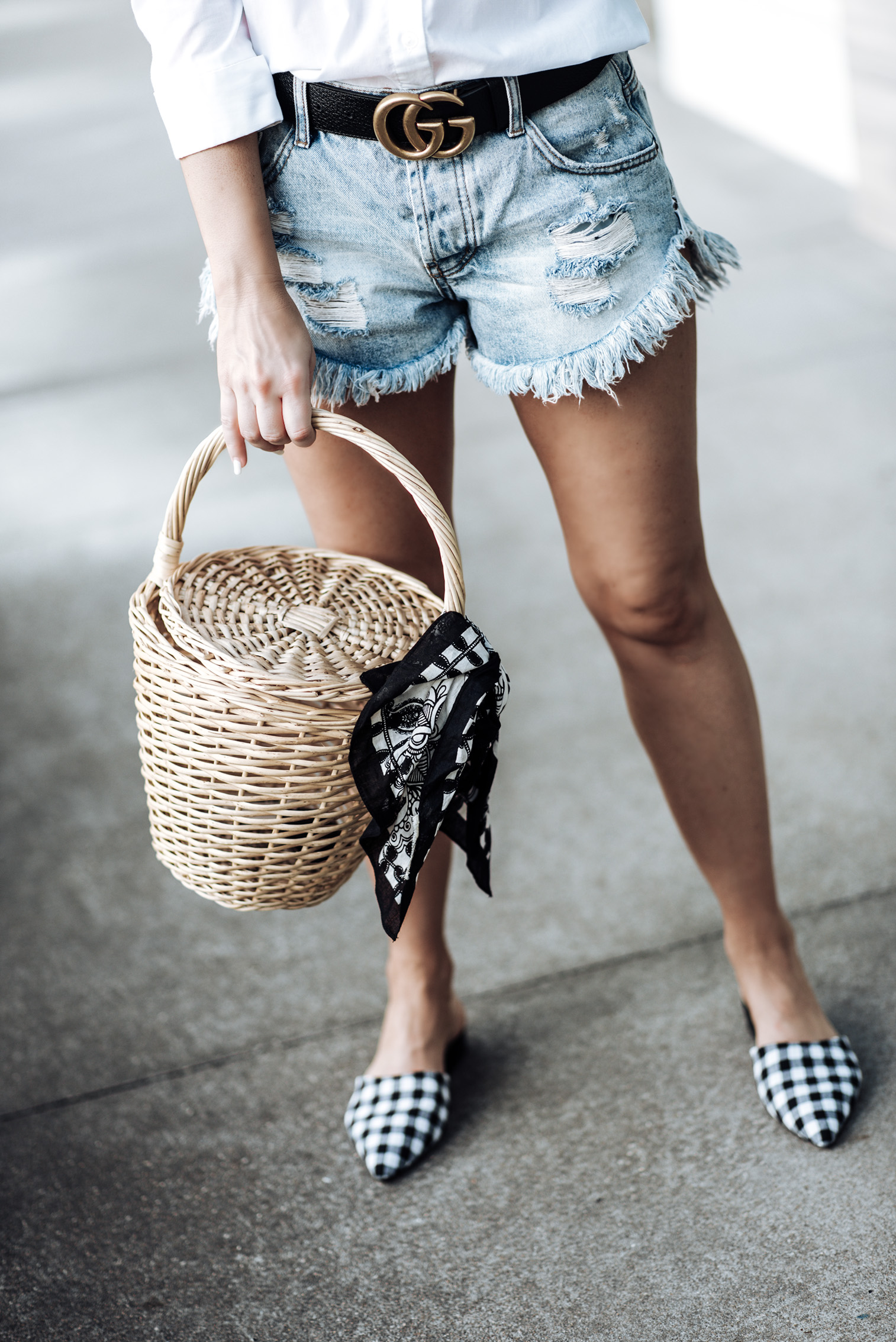 Tiffany Jais Houston fashion blogger | Gucci double g belt | White button down top  | One Teaspoon shorts | Straw basket handbag | Streetstyle outfit ideas 2017 Gingham flats
