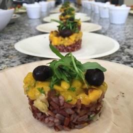 Timbal de arroz rojo con mango, rúcula y salsa de miso y lima
